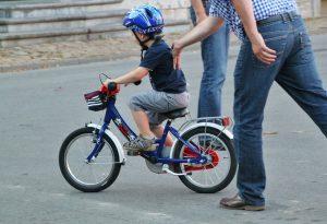 Tipps für Eltern: Mit Kindern Fahrrad fahren lernen