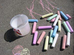 Spielideen an der frischen Luft: Spiele mit Straßenmalkreide