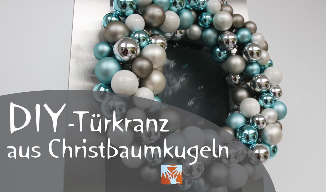 Vorweihnachtliche DIY-Deko: Türkranz aus Christbaumkugeln