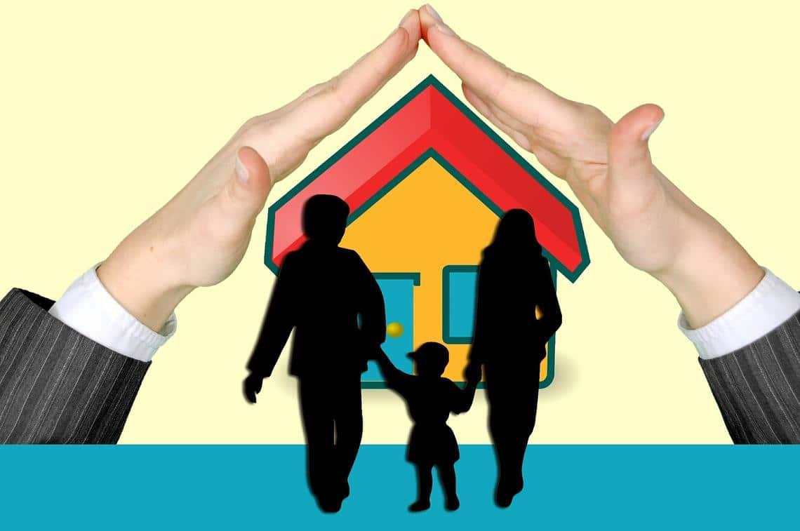 Schützende Hände über Haus und Familie