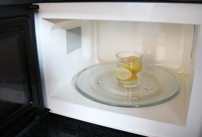 Muttis Haushaltstipps: Zitrone zum Säubern der Mikrowelle