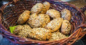 Brot backen ist kinderleicht: selbstgemachte Sonnenblumenweckerl