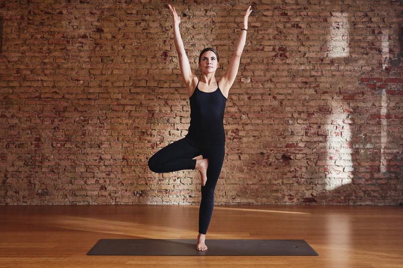 Yoga mit Kind: 5 einfache Übungen für Mutter und Kind: Baum