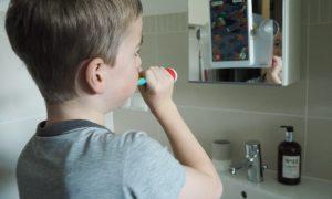 Zähne putzen mit Kind: 7 typische Irrtümer + Motivationstipp für Putzfaule
