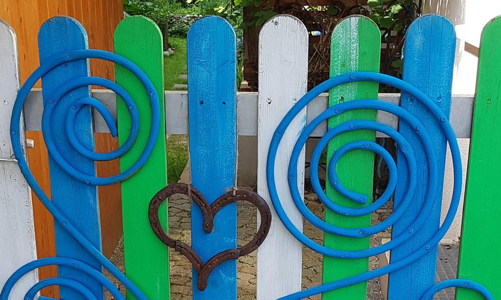 Upcycling: Gartentor-Styling mit einem alten Gartenschlauch