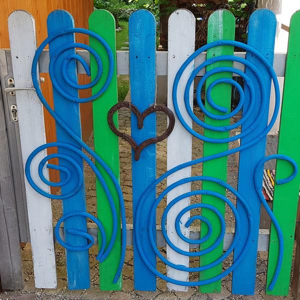 Muttis Gartentor: DIY Upcycling mit einem alten Gartenschlauch
