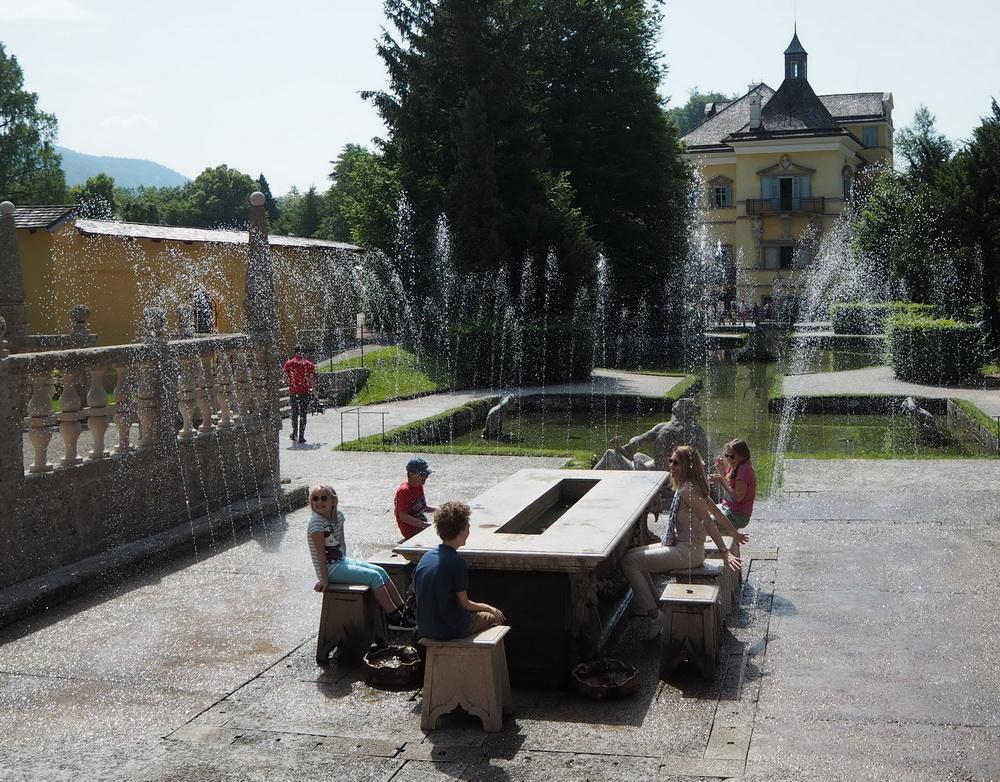 Wasserspiele beim Fürstentisch: Sohnemann sitzt trocken