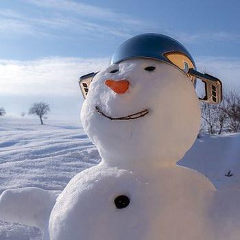 Winter mit Kind: Schneemann bauen