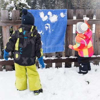 Winter mit Kind: Zielwerfen