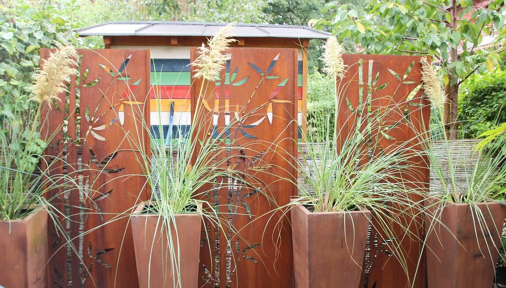 Rostwände im Familiengarten