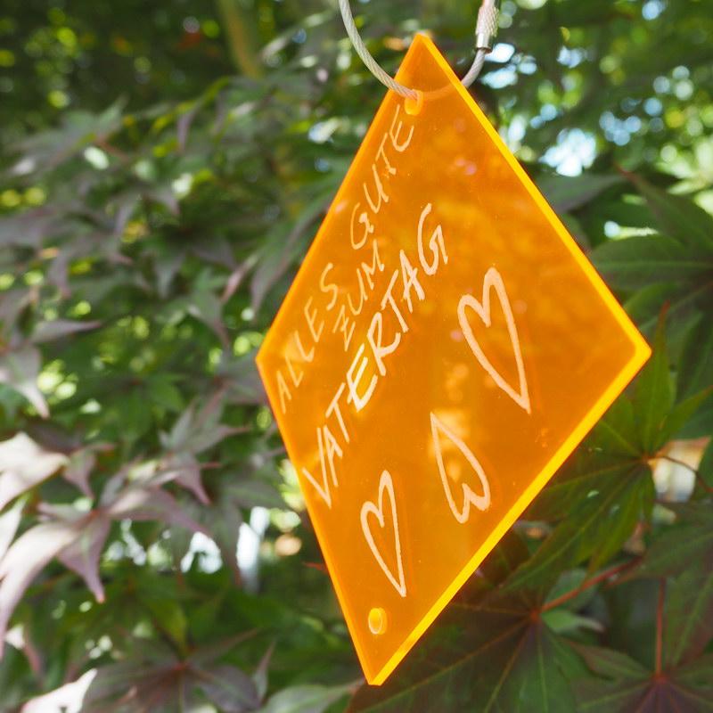 DIY Sun Catcher: Selbstgemachter Sonnenfänger aus Plexiglas, Basteln mit Kindern, kinderleichte Geschenkidee Vatertag