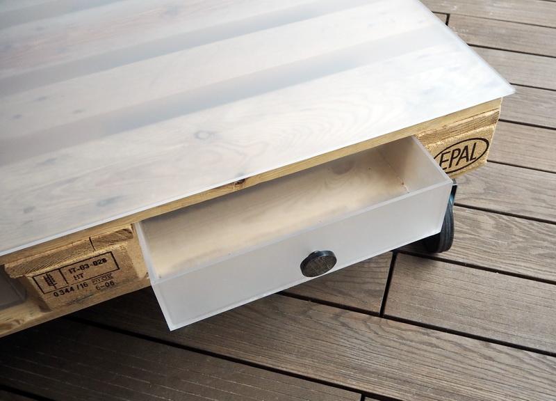 Palettentisch mit Plexiglasplatte und Pelexiglaslade