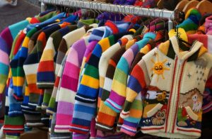 Schnäppchenjagd für die Großfamilie: Sparen beim Kleidungskauf