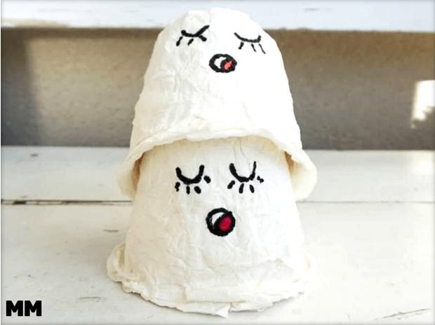 Halloween-Geister aus Klopapier