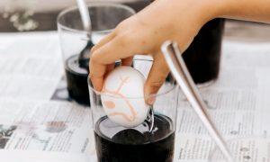 Ostereier färben mit Kindern: Batikdesign mit Wachsmalstiften