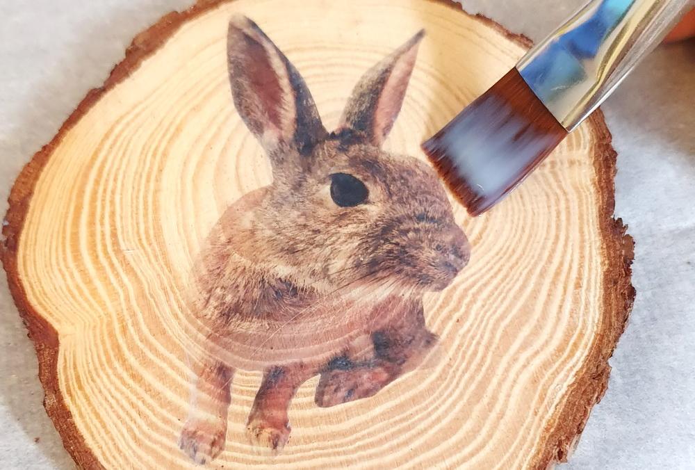 Osterdeko basteln mit Kindern: Osterhase auf Holz mittels Fototransfer