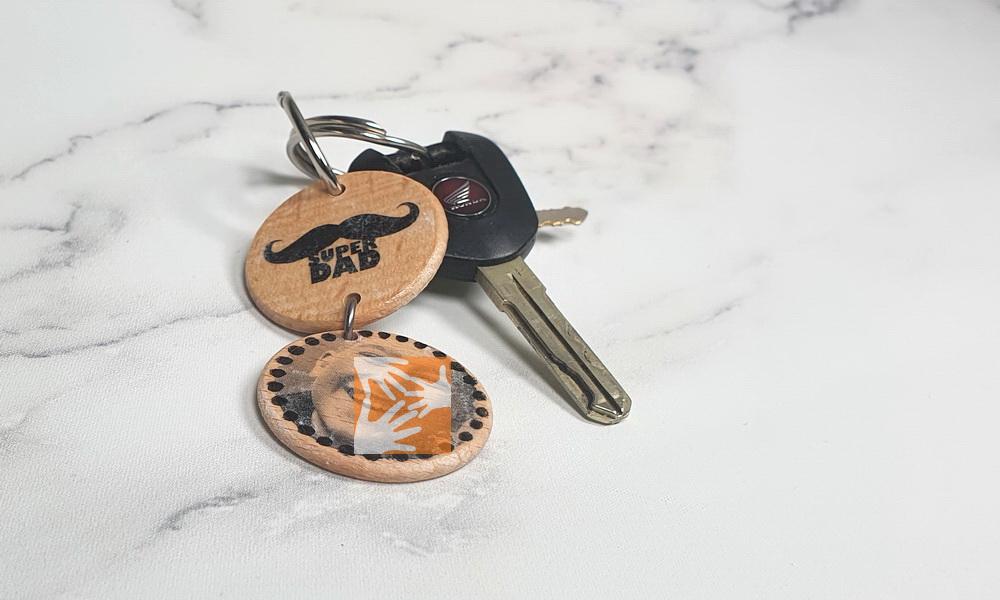 DIY-Idee für den Vatertag: Personalisierter Schlüsselanhänger mit Fototransfer