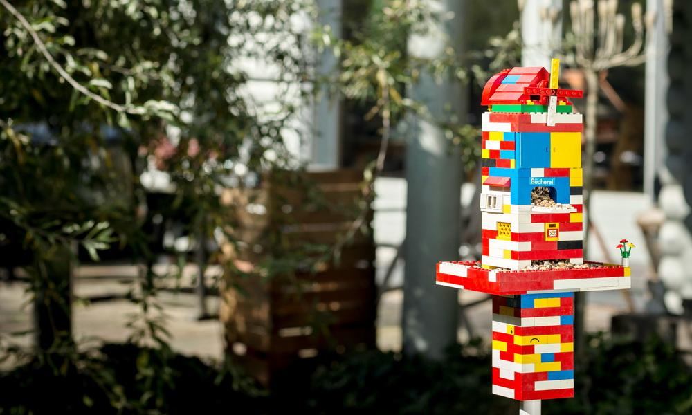 DIY mit Kindern: Lego-Futterhaus für Vögel bauen
