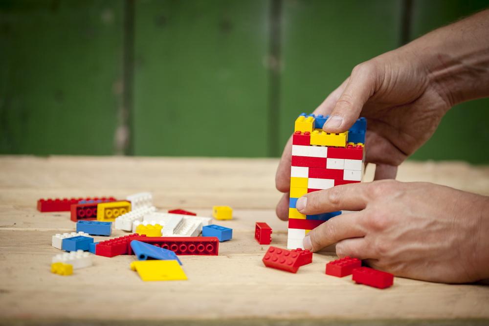 Basteln mit Kindern: Futterhaus für Vögel aus Lego bauen