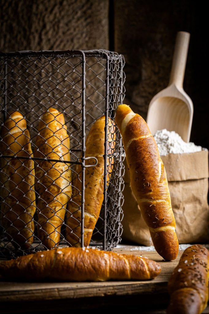 Laugengebäck - Mann backt Brot
