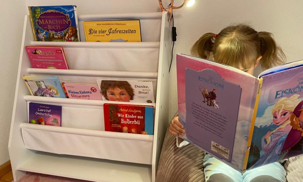 Sprachförderung: Mit diesen Tipps klappt das Sprechen und Lesen ganz spielerisch – Bücherregal und Sitzsack gewinnen!