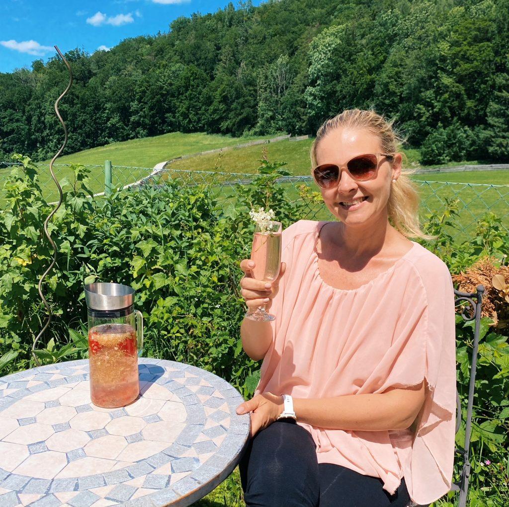 Wilde Getränke im Garten genießen
